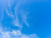 与云彩,蓝天,白色云彩的天空 库存照片