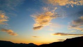 与云彩移动的全景剧烈的日落天空 股票录像