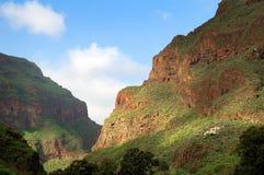 与云彩阴影的山在加那利群岛上 免版税库存照片