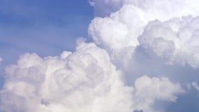 与云彩timelapse的蓝天 在蓝天的白色大云彩 在蓝天的大和蓬松积雨云 边缘 股票录像