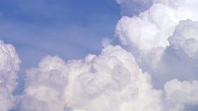 与云彩timelapse的蓝天 在蓝天的白色大云彩 在蓝天的大和蓬松积雨云 边缘 影视素材