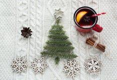 与云杉、冷杉木、锥体和被仔细考虑的酒的圣诞节概念在白色编织了背景 另外的卡片形式节假日 库存图片