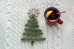 与云杉、冷杉木、锥体和被仔细考虑的酒的圣诞节概念在白色编织了背景 另外的卡片形式节假日 免版税库存照片