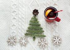 与云杉、冷杉木、锥体和被仔细考虑的酒的圣诞节概念在白色编织了背景 另外的卡片形式节假日 免版税库存图片