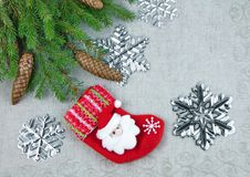 与云杉的分支的圣诞节构成与杉木锥体和圣诞老人 库存图片