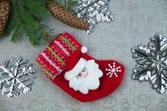 与云杉的分支的圣诞节构成与杉木锥体和圣诞老人 免版税库存照片