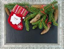 与云杉的分支的圣诞节构成与杉木锥体和圣诞老人 库存照片