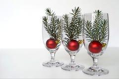 与云杉的分支的圣诞节球在葡萄酒杯安排了 库存图片