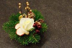 与云杉的分支的圣诞节装饰 免版税库存照片