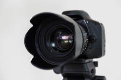 与互换性的手工透镜的数字式SLR照相机在灰色背景 在内部的射击 电影摄制的设备 库存照片
