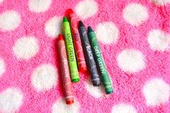 与五只颜色蜡笔的美丽的棉花毛巾 免版税库存图片