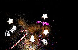 与五彩纸屑和金黄闪闪发光的圣诞节背景 被弄脏的作用 概念欢乐背景的或项目的 免版税库存图片