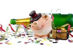 与五彩纸屑,黄柏,香槟瓶的幸运的魅力护符 新年好 新年除夕 库存照片