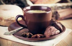 与五谷的杯咖啡 免版税库存照片