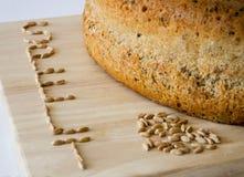 与五谷的被拼写的面包拼写 免版税库存照片