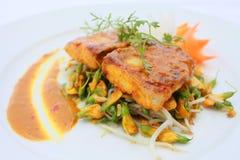 与五辣& Dien Dien的用卤汁泡的Basa鱼开花 免版税库存图片
