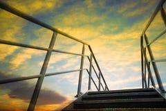 与五颜六色和剧烈的天空的楼梯在日落 免版税库存照片