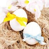 与五颜六色的丝带的复活节彩蛋在巢特写镜头。复活节后面 免版税库存照片