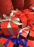 与五颜六色的丝带的礼物待售 图库摄影