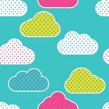 与五颜六色的云彩剪影的无缝的样式在绿色背景 在圆点的云彩 图库摄影