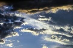 与五颜六色的云彩的剧烈的日落天空在雷暴以后 库存图片