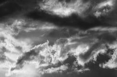 与五颜六色的云彩的剧烈的日落天空在雷暴以后 免版税图库摄影