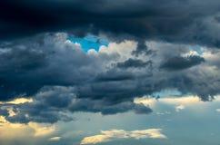 与五颜六色的云彩的剧烈的日落天空在雷暴以后 免版税库存图片