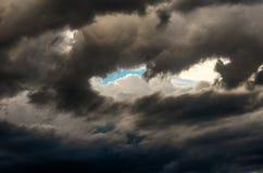 与五颜六色的云彩的剧烈的日落天空在雷暴以后 库存照片