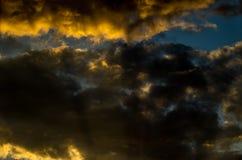 与五颜六色的云彩的剧烈的日落天空在雷暴以后 免版税库存照片