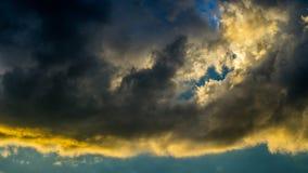 与五颜六色的云彩的剧烈的日落天空在雷暴以后 图库摄影