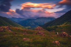 与五颜六色的云彩的山夏天风景 库存图片