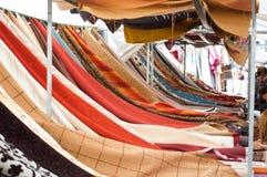 与五颜六色的优惠券的织品市场 免版税库存图片