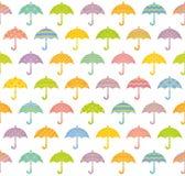 与五颜六色的伞的无缝的样式。 库存照片
