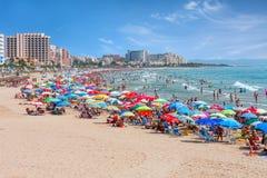 与五颜六色的伞的海滩在巴伦西亚 免版税图库摄影