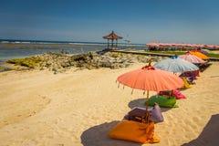 与五颜六色的伞的美好的晴天连续在Pantai pandawa海滩,在巴厘岛,印度尼西亚 免版税库存图片