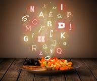 与五颜六色的信件的新鲜的厨师食物在木头 免版税库存图片