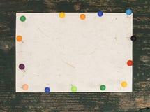 与五颜六色的别针的空白的笔记 库存图片