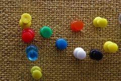 与五颜六色的别针的黄柏板 免版税图库摄影