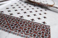 与五颜六色的刺绣的传统乌克兰织品 免版税库存照片