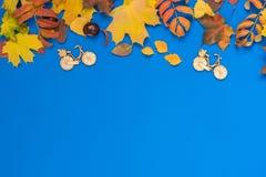 与五颜六色的叶子的秋天蓝色背景 库存图片