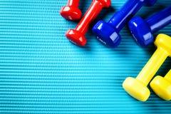 与五颜六色的哑铃的健身背景 健康生活方式co 图库摄影