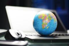 与五颜六色的地球地球的全球企业或国际事务概念在键盘 库存照片