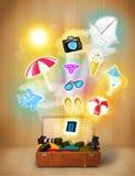 与五颜六色的夏天象和标志的旅游袋子 免版税库存图片