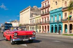 与五颜六色的大厦和老汽车的都市场面在哈瓦那 库存图片