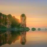 与五颜六色的天空和小船的日落在海滩 库存图片