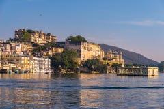 与五颜六色的天空的乌代浦都市风景在日落 湖的Pichola,旅行目的地庄严城市宫殿在拉贾斯坦,印度 免版税库存照片