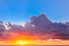 与五颜六色的天空的美好的日落 免版税库存照片