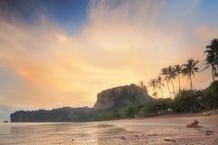 与五颜六色的天空,泰国的美丽的海滩 库存照片