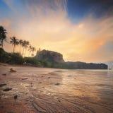 与五颜六色的天空,泰国的美丽的海滩 免版税库存图片