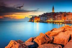 与五颜六色的天空,罗维尼, Istria地区,克罗地亚,欧洲的惊人的日落 免版税图库摄影